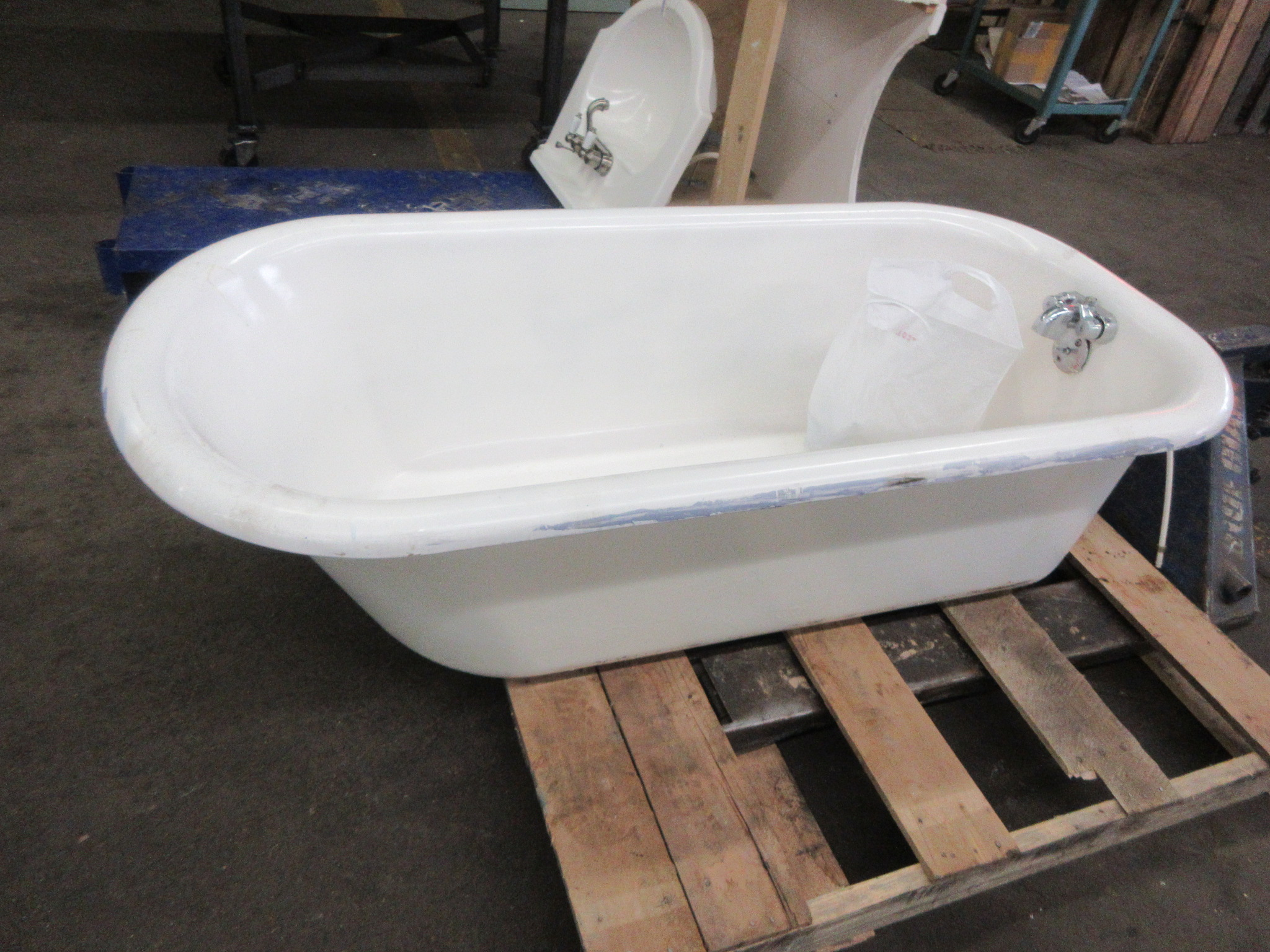 Claw foot tub with legs